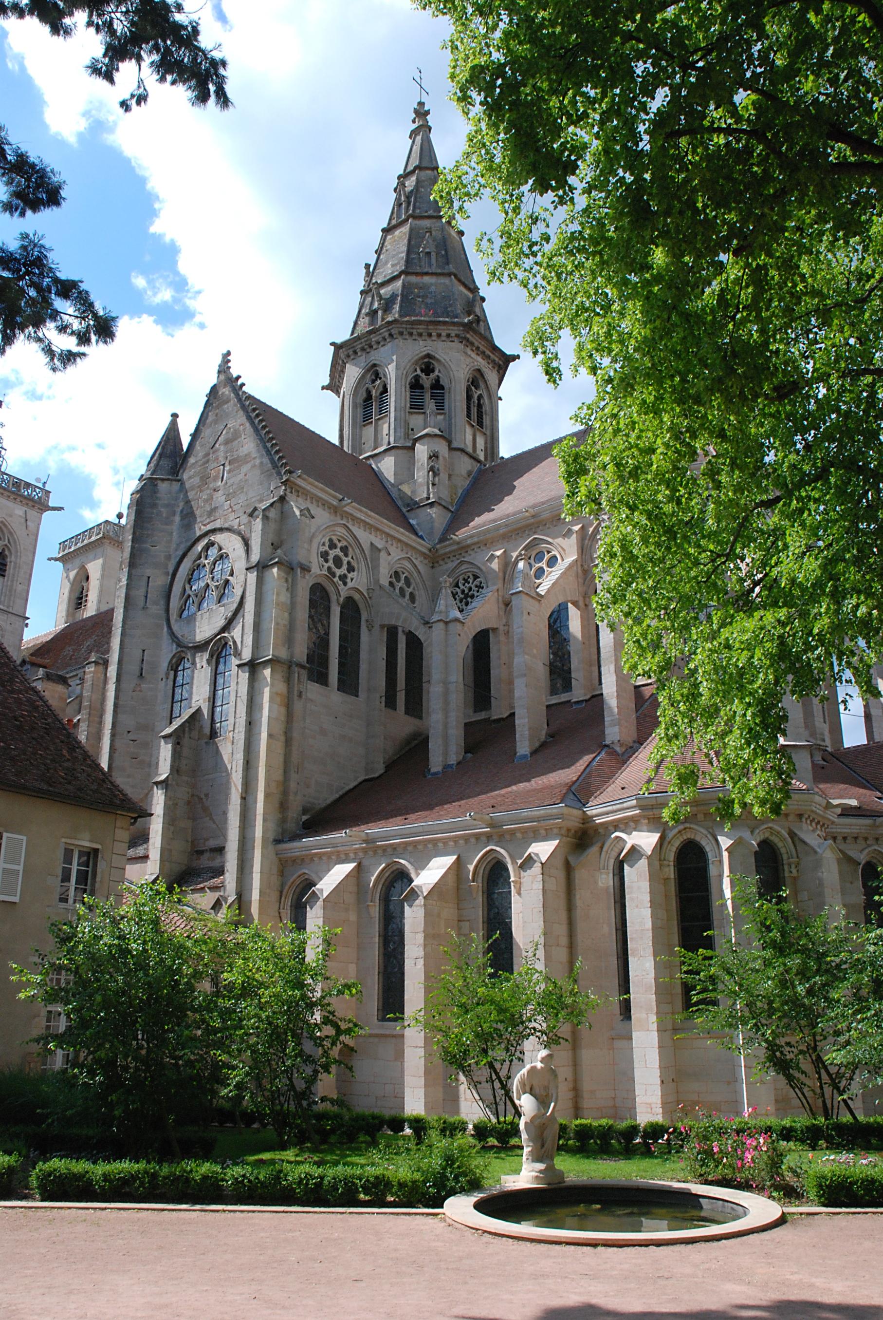 Collégiale de Semur-en-Auxois, depuis le chevet - OFFICE DE TOURISME DE SEMUR-EN-AUXOIS©JF. SALBREUX