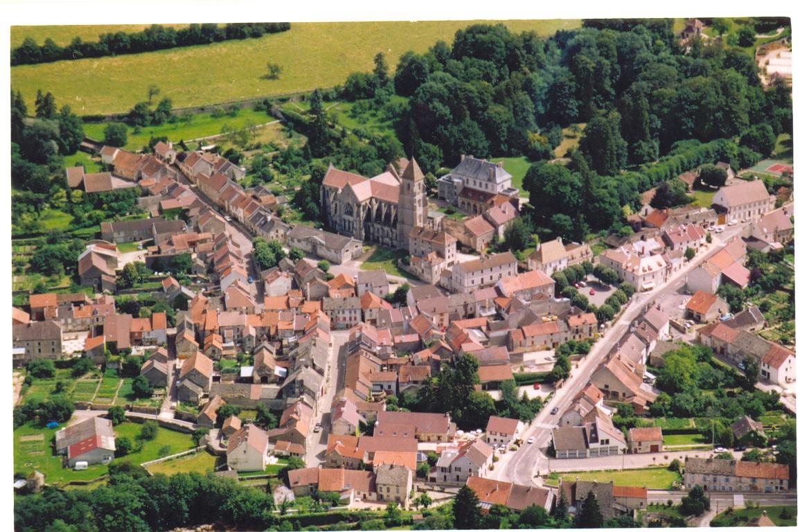 Saint-Seine-l''Abbaye, vue du ciel - CÔTE-D''OR TOURISME©M DESHOUX