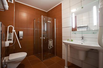 salle de bain accessible aux personnes à mobilité réduite - HOSTELLERIE SAINT-VINCENT©ROUGE CERISE