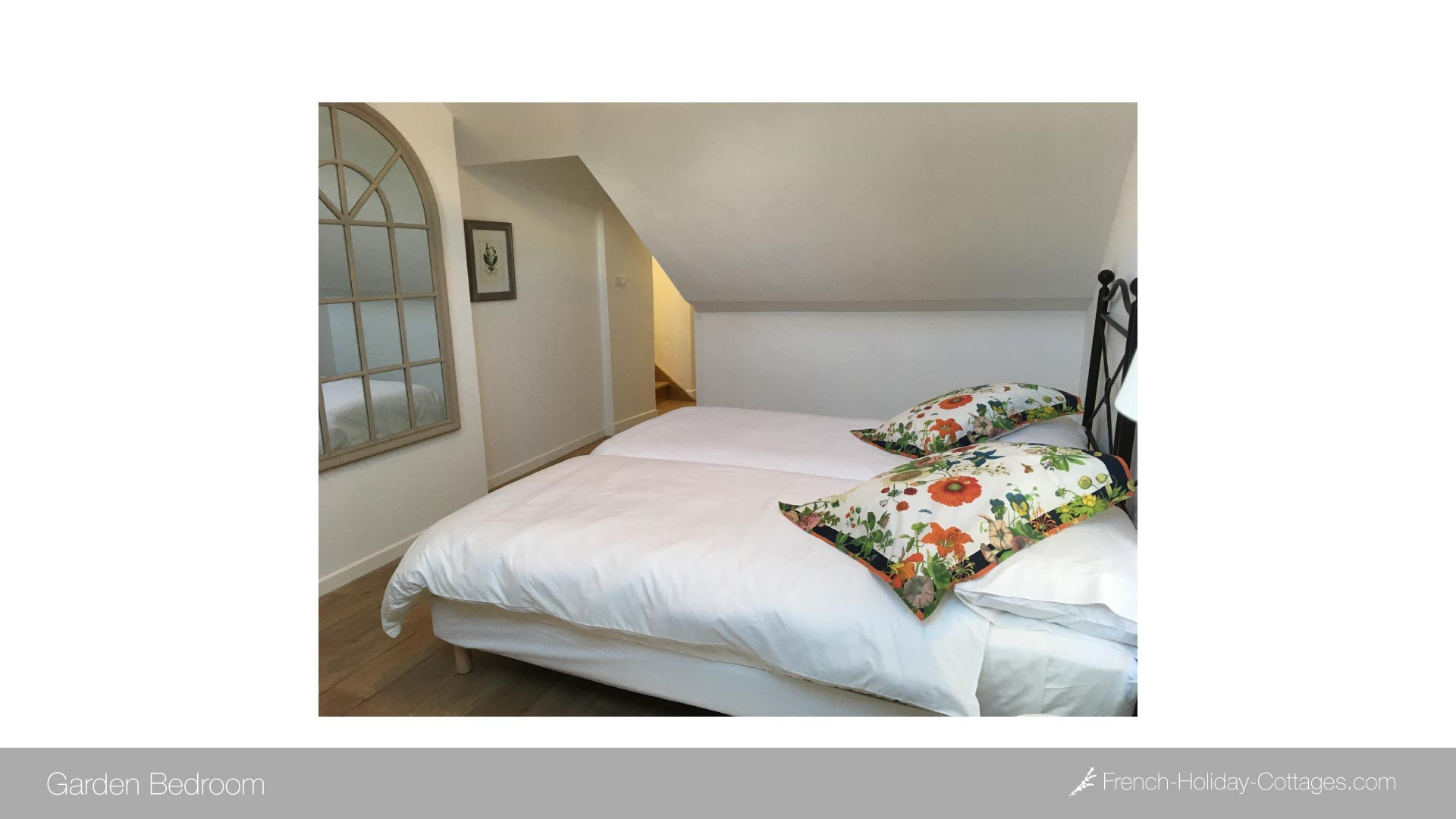 2.4-burgundy-vacation-rental-bedroom-2a - french-holiday-cottages.com