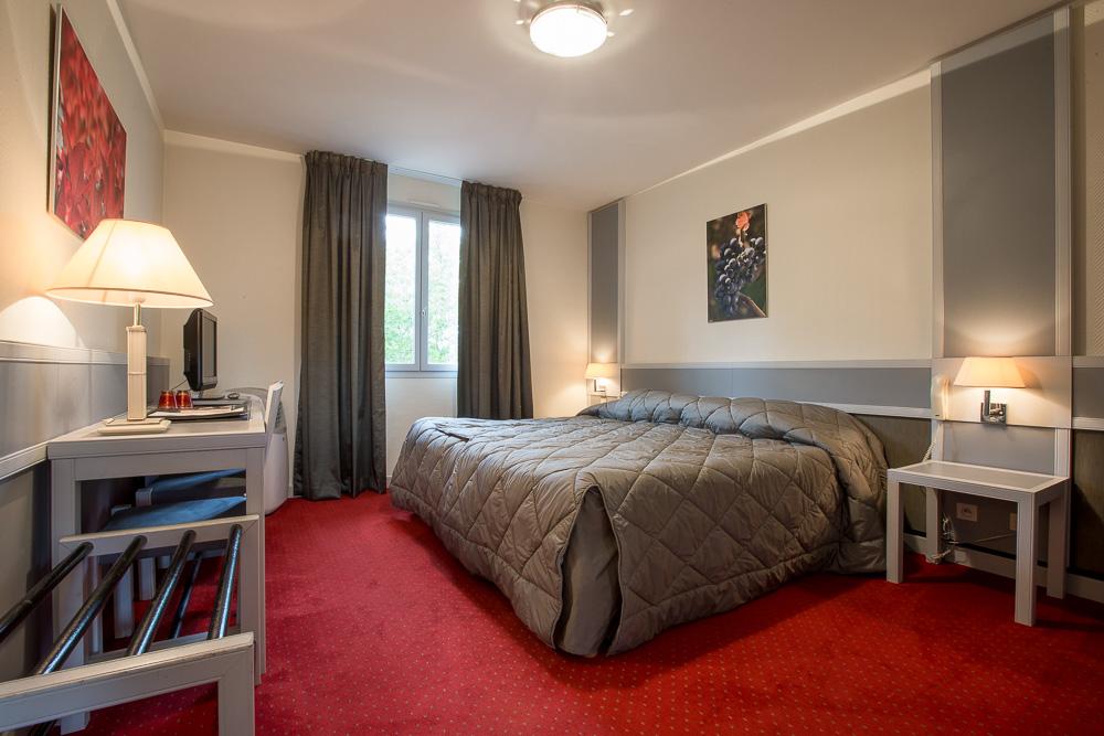 Chambre double - Hostellerie Saint-Vincent © rouge cerise